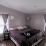 パープルのグラデーションが完璧!ビーチハウスのベッドルーム