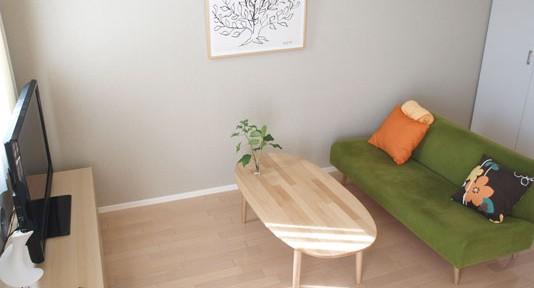 イデーの家具で、グリーンとアートをスパイスにナチュラルモダンにコーディネートした実例